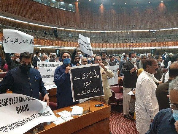 Alvi's speech marred by raucous opp protest